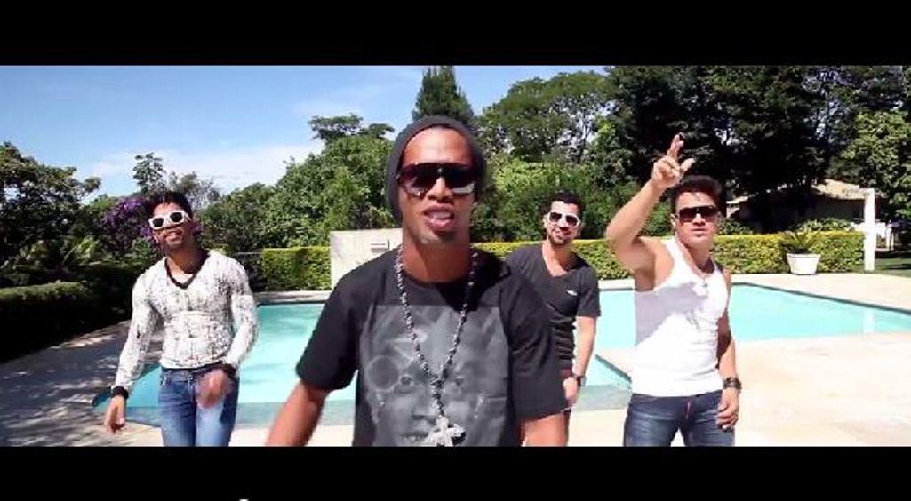 Ronaldinho Jadi Penyanyi Rap?