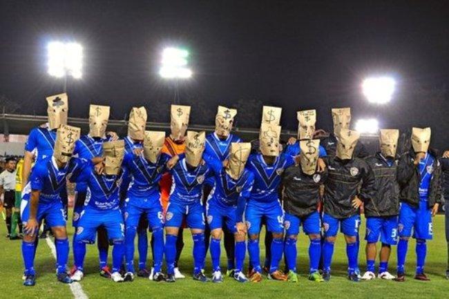 Protes Gaji dengan Berfoto Memakai Topeng Paper Bag