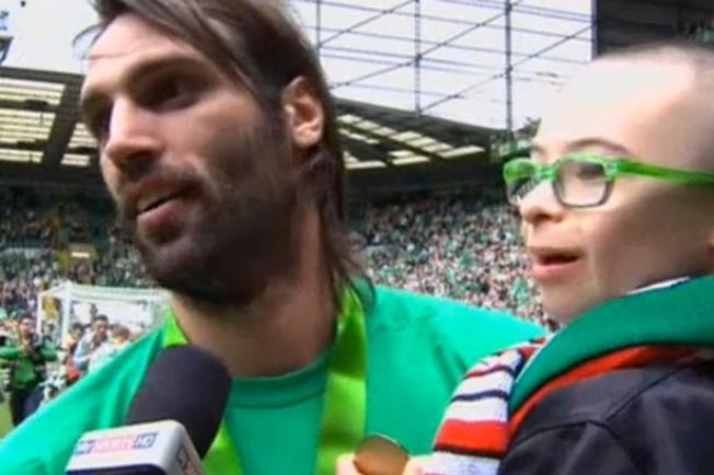 Fans Glasgow Celtic Berumur 11 Tahun Terima Medali Juara Celtic