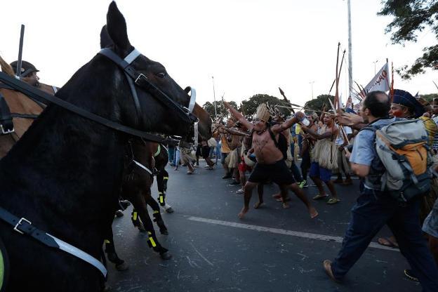 Suku Indian Bersenjata Panah Ikut Protes Piala Dunia
